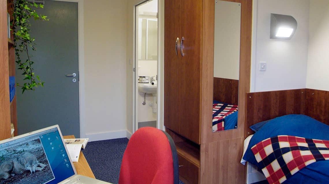 single bedroom and en-suite bathroom at West Park Villas and Flats